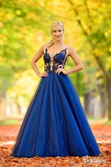 Hit sezony: Kralovská modrá! Vypadá luxusně, sluší i brunetám a je sexy